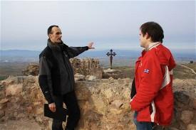 Un socio atiende las explicaciones del Coordinador General, Raúl Riesco, en el castillo de Clavijo