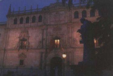 Vista nocturna de la fachada de la Universidad Cisneriana