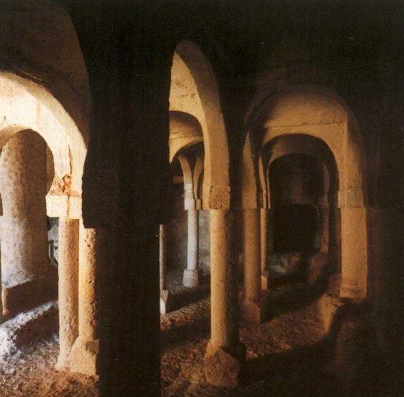 Gruta del ermitaño en el interior del templo